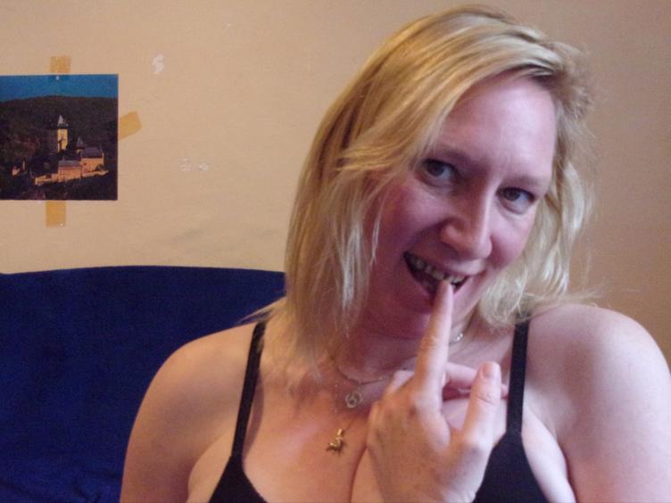 Ich heisse Kelly und bin 30 Jahre alt. Ich lebe als Single, daher ist mir sehr langweilig, und ich habe Lust auf geilen Sex. Ich stehe sehr auf oral, 69er, reiten und doggy. Ich will gerne anal und fisten mal ausprobieren. Hast Du Lust? Dann besuch mich. Kuss...
